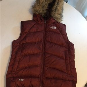 The north face hooded down vest whit fur